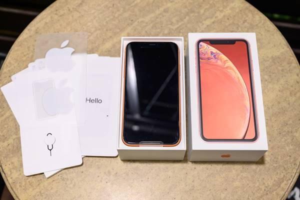 Mở hộp iPhone Xr sẽ có sách hướng dẫn sử dụng và máy iPhone Xr