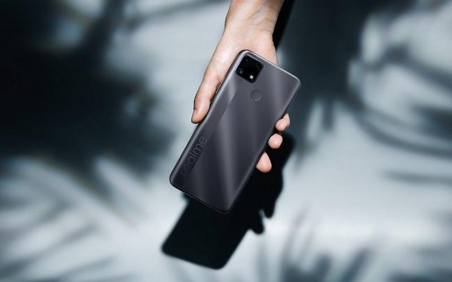 Mặt lưng của Realme C25 nhám hạn chế bám vân tay và mồ hôi