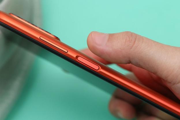 Cảm biến vân tay được đặt trên cạnh bên đem đến sự đồng nhất cho mặt lưng và giúp mở khóa màn hình nhanh chóng hơn